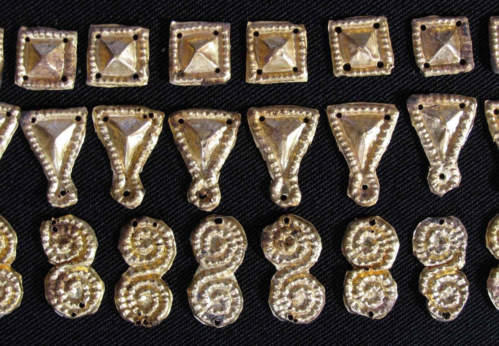 Joyas de oro orientales descubiertas en la necrópolis, sobre una de las princesas.