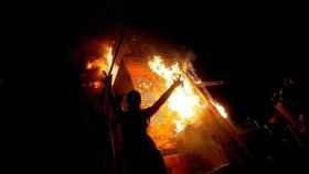 Vista del monumento al General Manuel Baquedano en llamas, este viernes en Santiago de Chile.