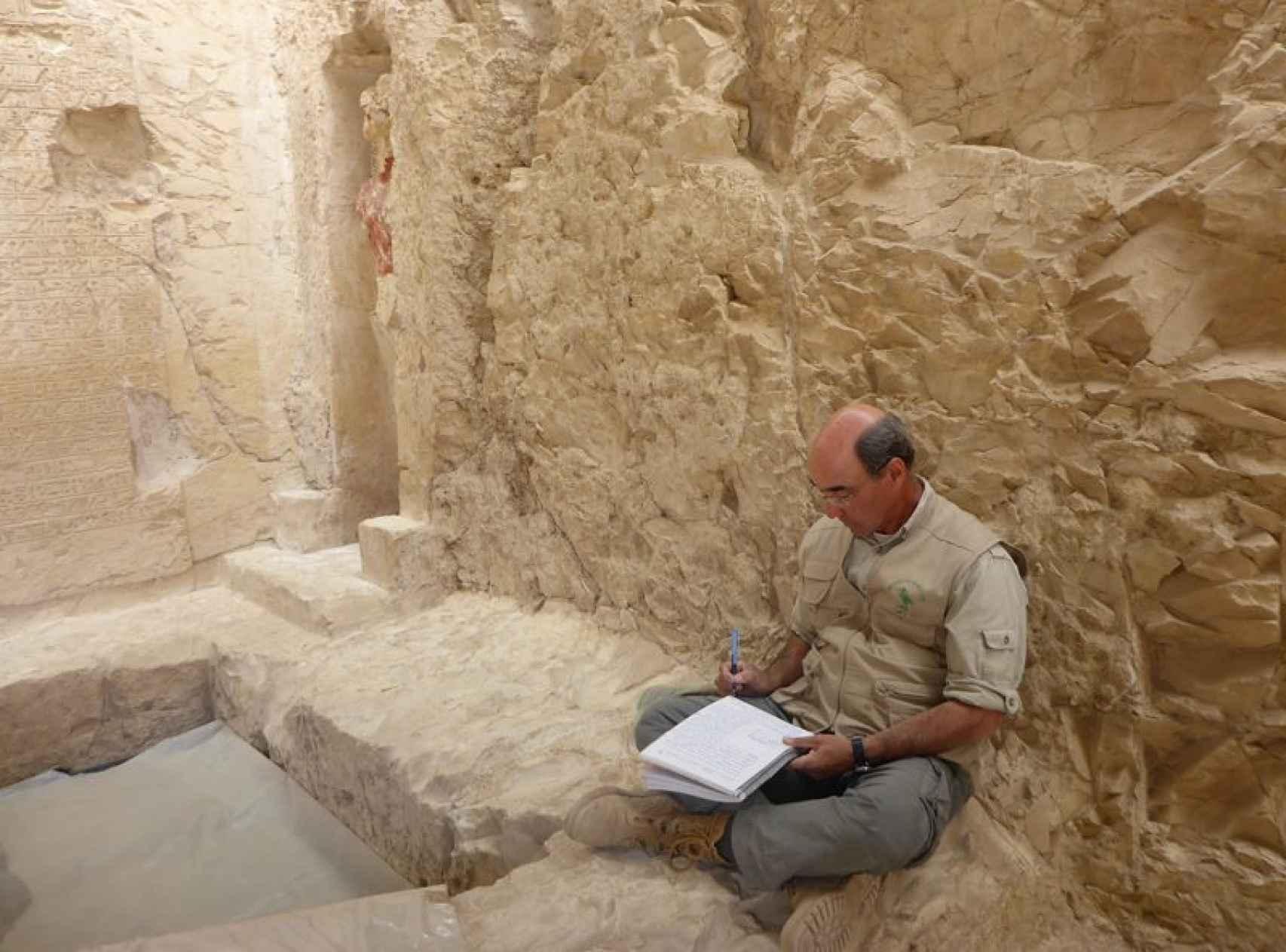 José Manuel Galán, sentado en la entrada de la tumba del tesorero real.
