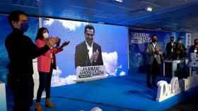 El presidente de la Junta, Juanma Moreno, en la pantalla en el congreso del PP de Granada.