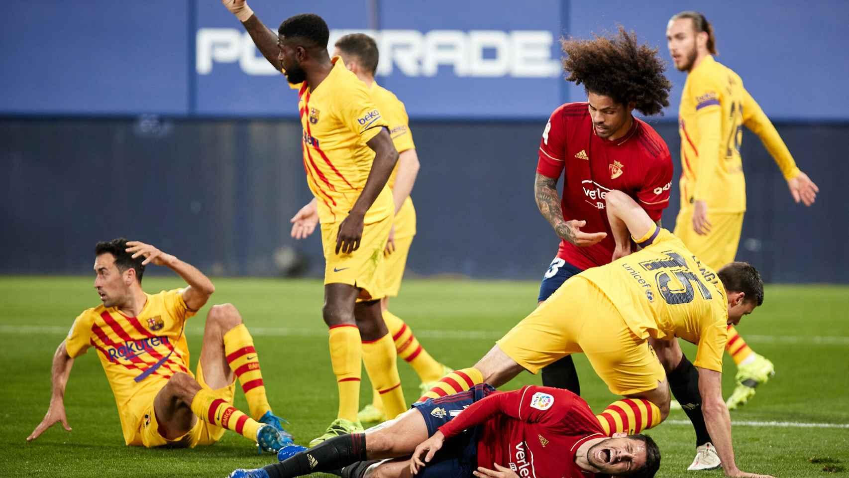 La defensa del Barça despeja un balón