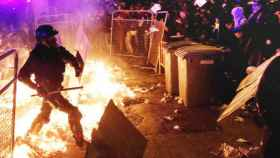 Los 'mossos' protegen la Delegación del Gobierno en Barcelona.