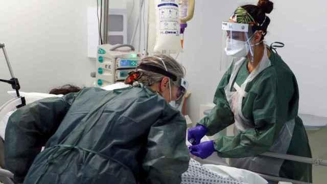 Enfermeras atienden a un paciente de coronavirus en el Hospital Frimley Park en Surrey, Gran Bretaña.