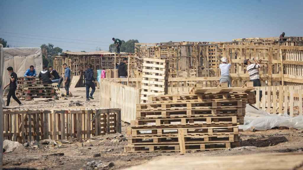 Las personas que pueblan el asentamiento de Palos, que sufrió un fuego a mediados de febrero, se afanan en reconstruir sus casas.