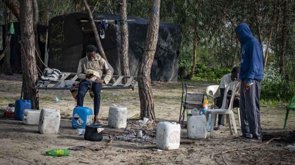 Inmigrantes instalados en el campamento de Mazagón (Huelva), este pasado martes.
