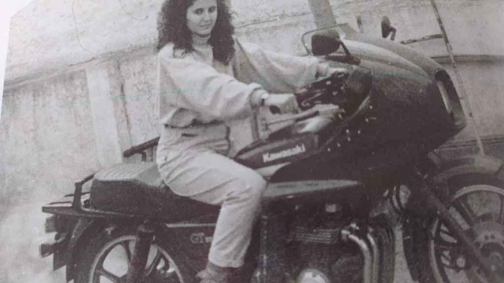 La guardia civil Manuela Simón, conduciendo una moto.