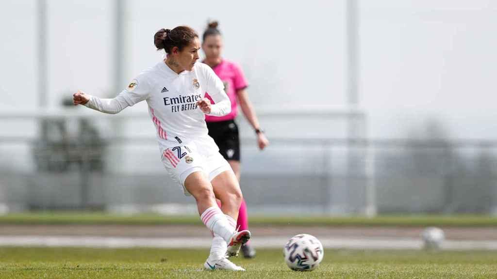 Jessica Martínez chuta un penalti durante un partido del Real Madrid Femenino
