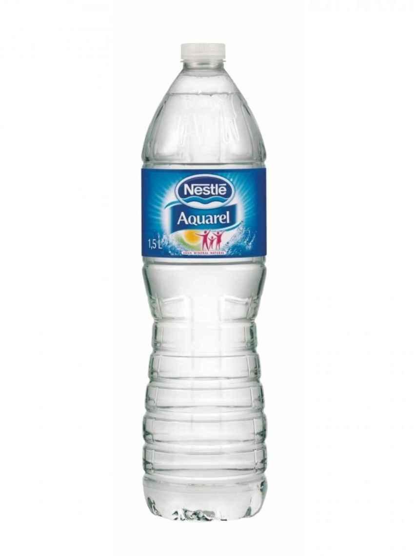 En este momento, José Mota tiene agua de Nestlé en su nevera, ya que es la que venía con el menú de una hamburguesería.
