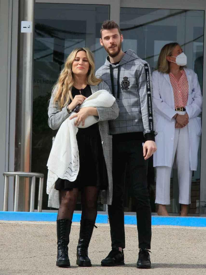Edurne y David De Gea, muy felices a la salida del hosital con su hija en brazos.