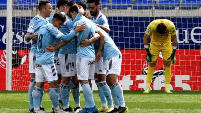Los jugadores del Celta de Vigo se abrazan tras un gol frente al Huesca