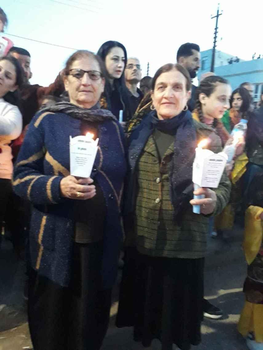 La madre del padre Naim y una amiga en la vigilia por la visita del Papa.