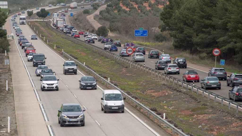 Cientos de vehículos en la autovía A-4 a su paso por Jaén.