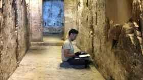 Uno de los investigadores del CSIC, en el interior de la tumba de Djehuty.