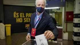 Carles Tusquets, presidente de la gestora del Barça, votando en las elecciones
