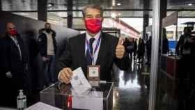 Joan Laporta, candidato a la presidencia del Barça, ejerciendo su  derecho al voto