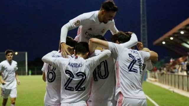 Los jugadores del Castilla celebran el gol de la victoria ante el Dux Internacional de Madrid