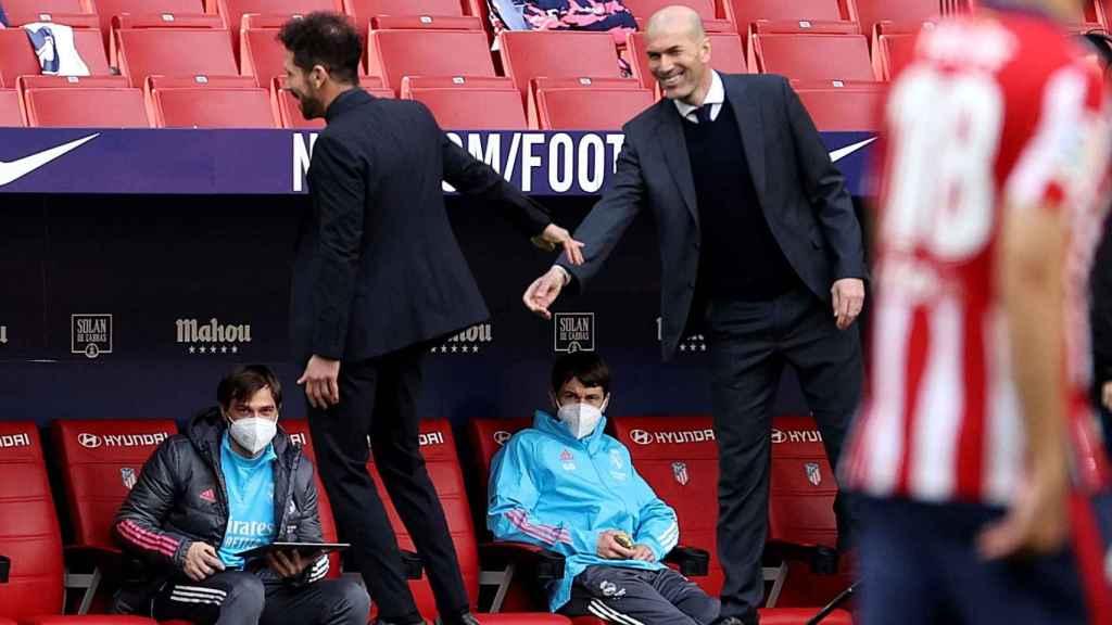 Zidane y el 'Cholo' Simeone se saludan al inicio del derbi