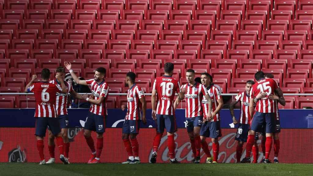Los jugadores del Atlético de Madrid celebran con Luis Suárez su gol al Real Madrid