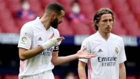 Benzema y Modric hablan durante el derbi