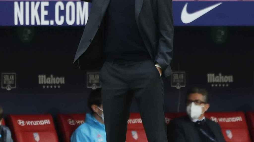 Zidane sigue desde la banda del Wanda el derbi