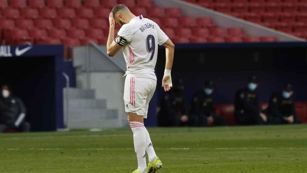 Benzema se toca la cabeza tras un choque contra Oblak