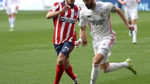 Koke Resurrección en acción con Karim Benzema durante el Derbi