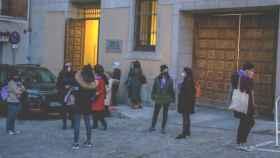 Varias personas de asociaciones feministas ante el TSJM (Foto: Ricardo Rubio - Europa Press)