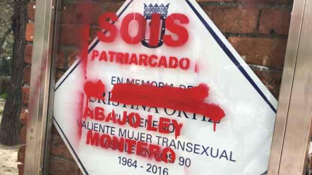 Así ha amanecido la placa en honor a La Veneno en el Parque del Oeste de Madrid.