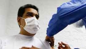 Nicolás Maduro en el momento en el que le administran la vacuna rusa.
