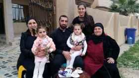 El padre Naim con su familia.