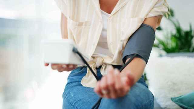 Medirse la tensión es uno de los métodos para controlarla.