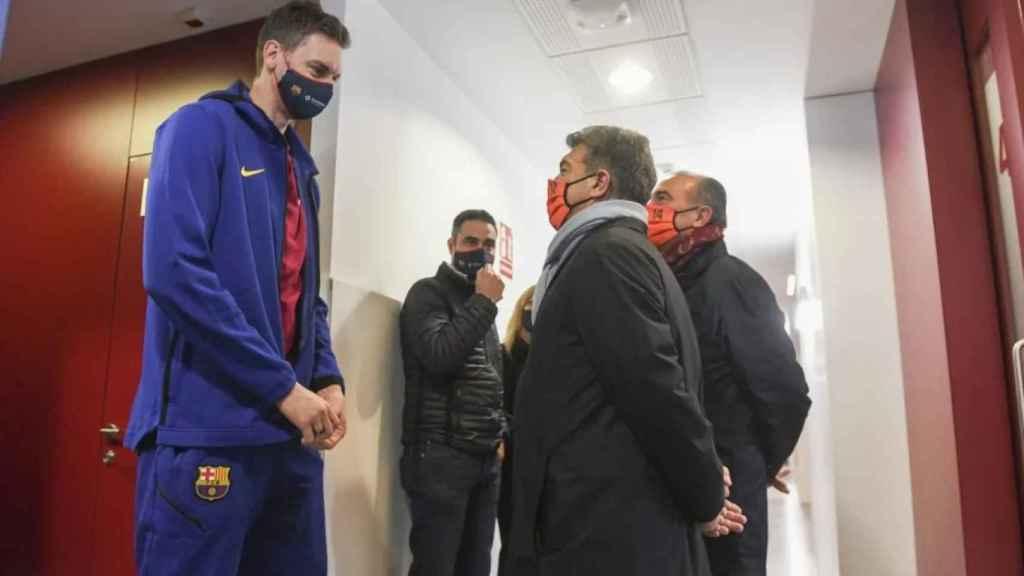 Pau Gasol, Joan Laporta y Rafa Yuste, en la Ciudad Deportiva del Barça