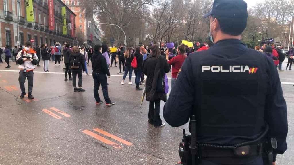 La Policía Nacional ha acordonado a las feministas en su marcha.