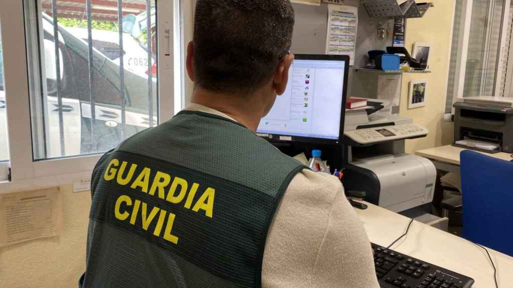 Un guardia civil tramitando una denuncia.