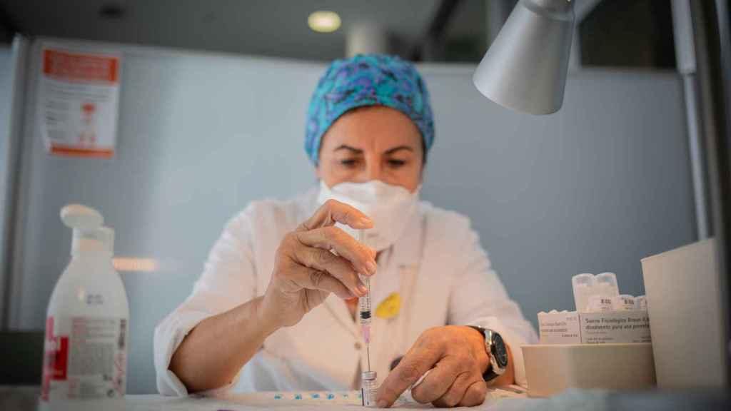 Una enfermera prepara la vacuna Pfizer-BioNtech en el Hospital de la Santa Creu i Sant Pau de Barcelona. David Zorrakino/EP