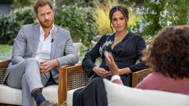 Harry de Inglaterra y Meghan Markle, durante la entrevista con Oprah Winfrey.