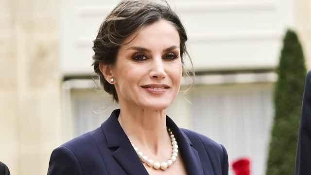 La reina Letizia con collar de perlas del lote de pasar en París.