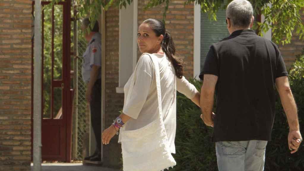 Isabel Pantoja junto a su hermano Agustín en una de sus entradas a la cárcel.