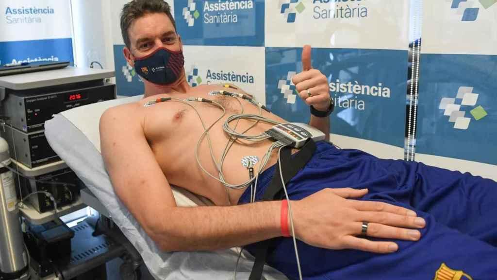 Pau Gasol pasando el reconocimiento médico con el Barça