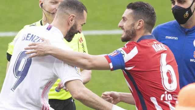 Alejandro Hernández Hernández, Karim Benzema y Koke Resurrección, en el derbi entre el Atlético de Madrid y el Real Madrid