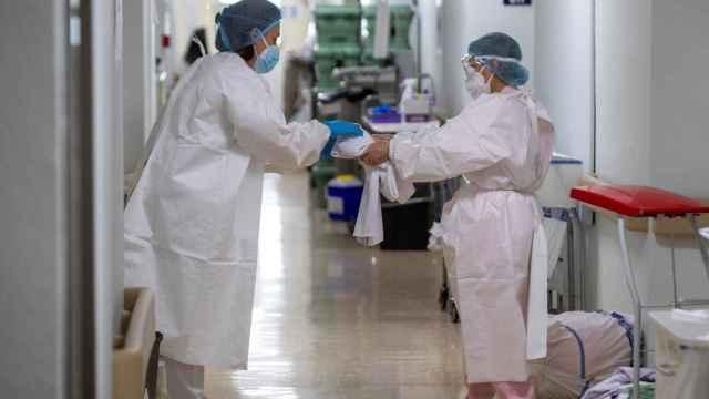 Personal sanitario protegido con EPIs en la planta covid del Hospital Universitario de Álava.