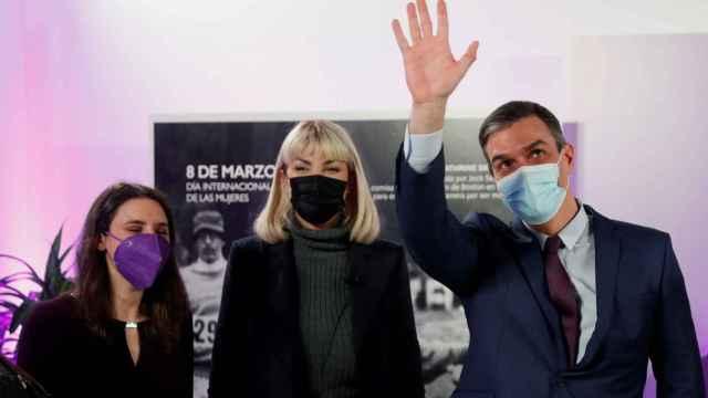 La actriz trans Daniela Santiago, entre Irene Montero y Pedro Sánchez, en la sede del Ministerio de Igualdad.