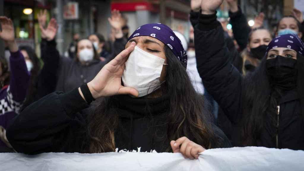 Manifestantes del 8-M en las calles de Vallecas.