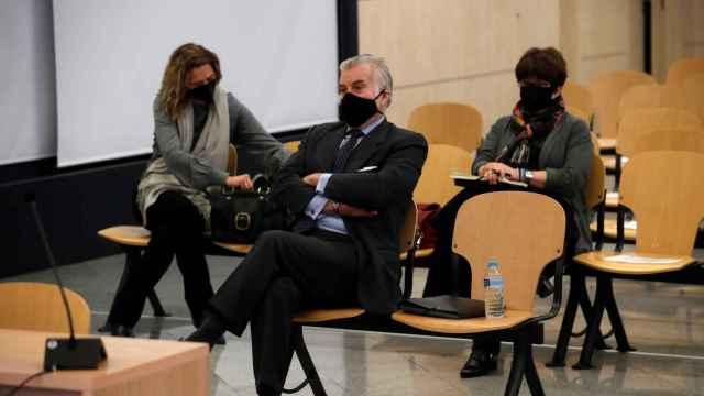 El extesorero del PP Luis Bárcenas (C) sentado en el banquillo de los acusado.