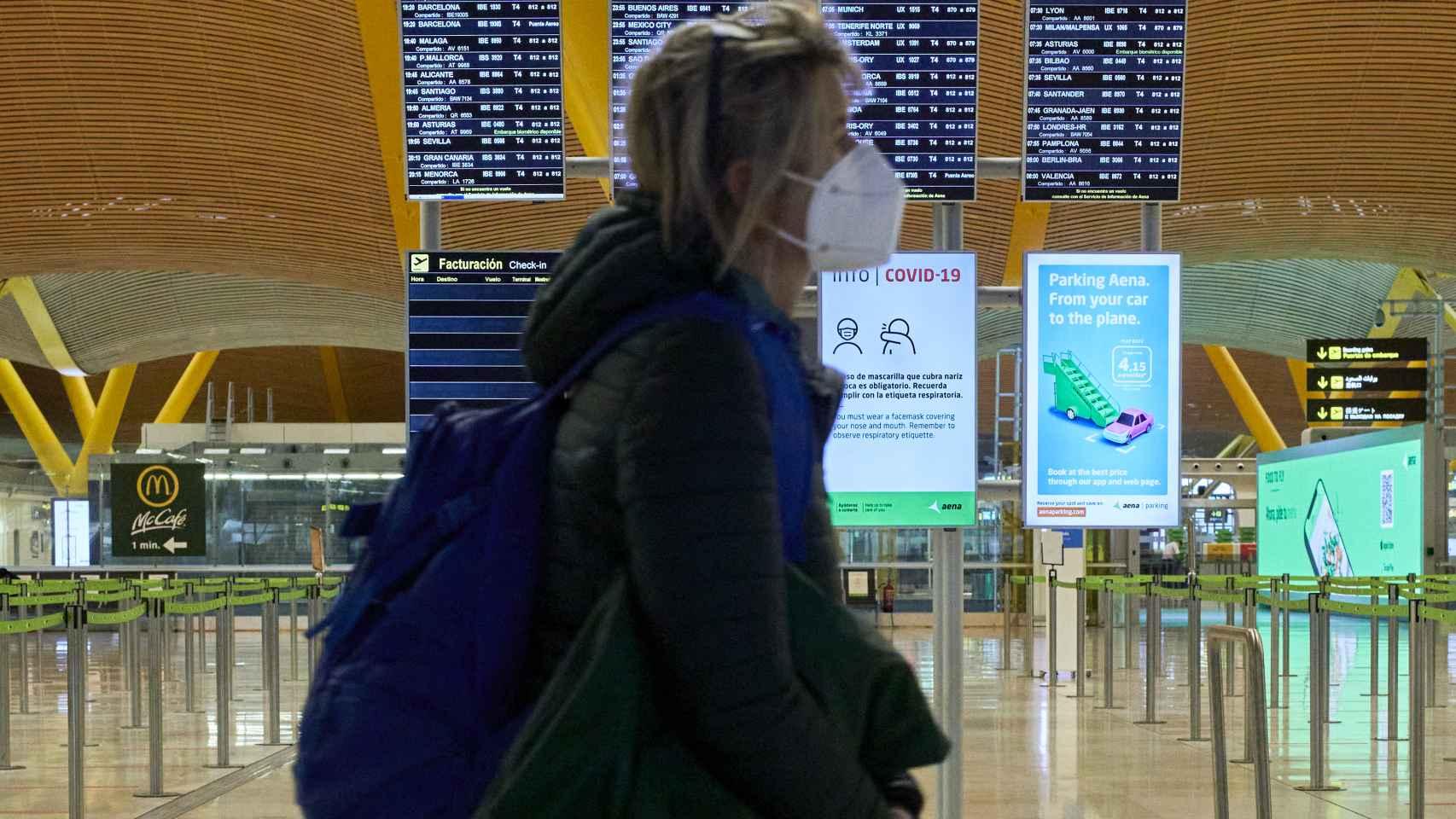Una mujer en la T$ del aeropuerto de Adolfo Suárez Madrid-Barajas.