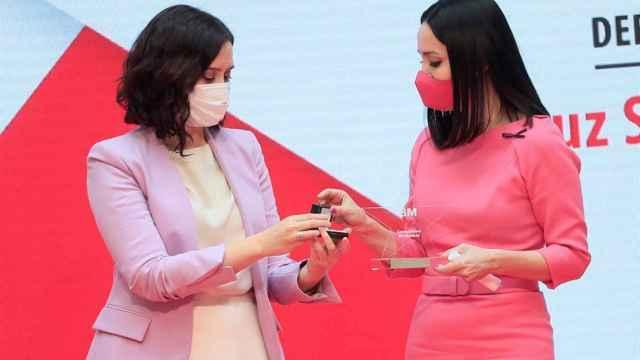 Cruz Sánchez de Lara, premio 8-M de Madrid, de manos de Isabel Díaz Ayuso.