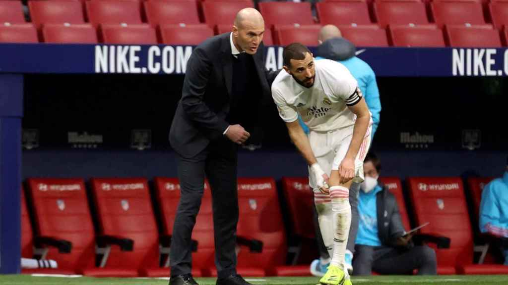 Karim Benzema y Zinedine Zidane, durante el último derbi