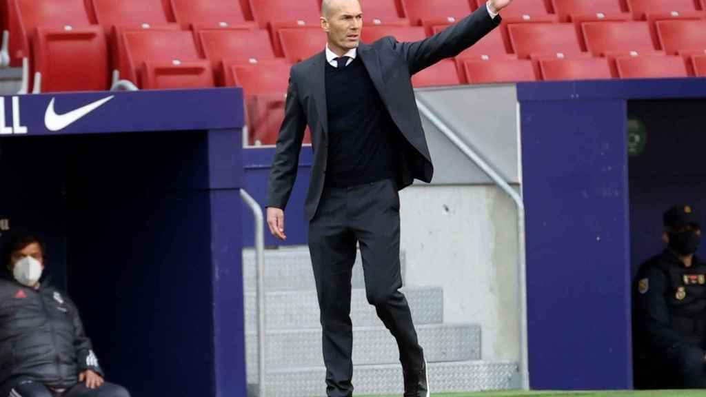 Zinedine Zidane da órdenes desde la banda
