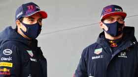 Sergio 'Checo' Pérez y Max Verstappen, con los colores de Red Bull. Foto: redbull.com