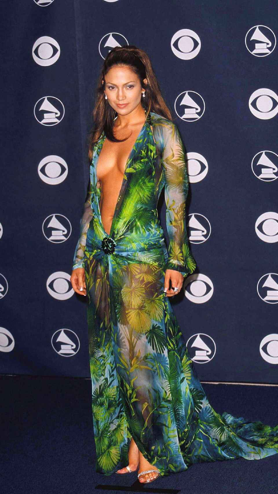 This is how Jennifer Lopez wore the dress at the 2000 Grammy Awards.
